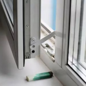 вариант ограничителя на пластиковое окно